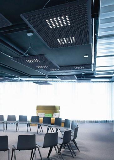 Projectverlichting, akoestiek verbeteren met een lamp. Deze akoestische lamp is van Artimide en leverbaar in verschillende kleuren en vormen. Verlichtingsarmaturen en lampen voor kantoren, schepen, winkels, horeca, musea, etc. Webo adviseert al meer dan 60 jaar architecten, bedrijven en instellingen bij de inrichting van zakelijke ruimtes.