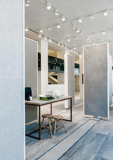 Artimide railverlichting. Projectverlichting voor bedrijven, kantoren, winkels, schepen, horeca gelegenheden, vergaderzalen, ontvangstruimtes, praktijkruimtes en meer. Moderne lampen, klassiek verlichting, design lampen, exclusieve verlichtingsarmaturen, basis verlichting voor woonkamer, keuken, badkamer, slaapkamer en hal. Buitenverlichting etc. Bij Webo Verlichting in Beuningen bij Nijmegen, vindt u duizenden lampen. Alle smaken en stijlen zijn vertegenwoordigd. Webo vertegenwoordigt in Nederland meer dan 60 verlichtingsmerken, lampen merken en lampen ontwerpers. In de grootste verlichtingsshowroom van Nederland helpen verlichtingsexperts u graag. U kunt een klein gedeelte van onze lampen online kopen in onze verichtingswebshop. Bezoek onze verlichtingszaak.