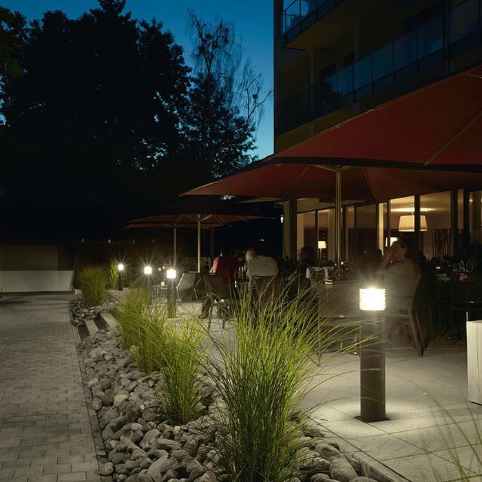 Buitenlampen, tuinverlichting, buitenverlichting. Webo biedt u een groot assortiment buitenlampen in alle stijlen en smaken. Staande lampen, wandlampen, muurlampen, spots, plafonniers, plafondlampen, etc. Bekijk de collectie online of kom naar onze verlichtingsshowroom in Beuningen bij Nijmegen voor meer lampen inspiratie.