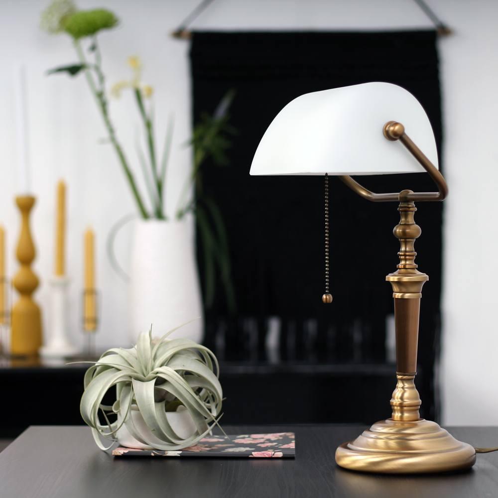 Klassieke bureaulamp met witte glazenkap van Steinhauer, bij Webo Verlichting in Beuningen bij Nijmegen.