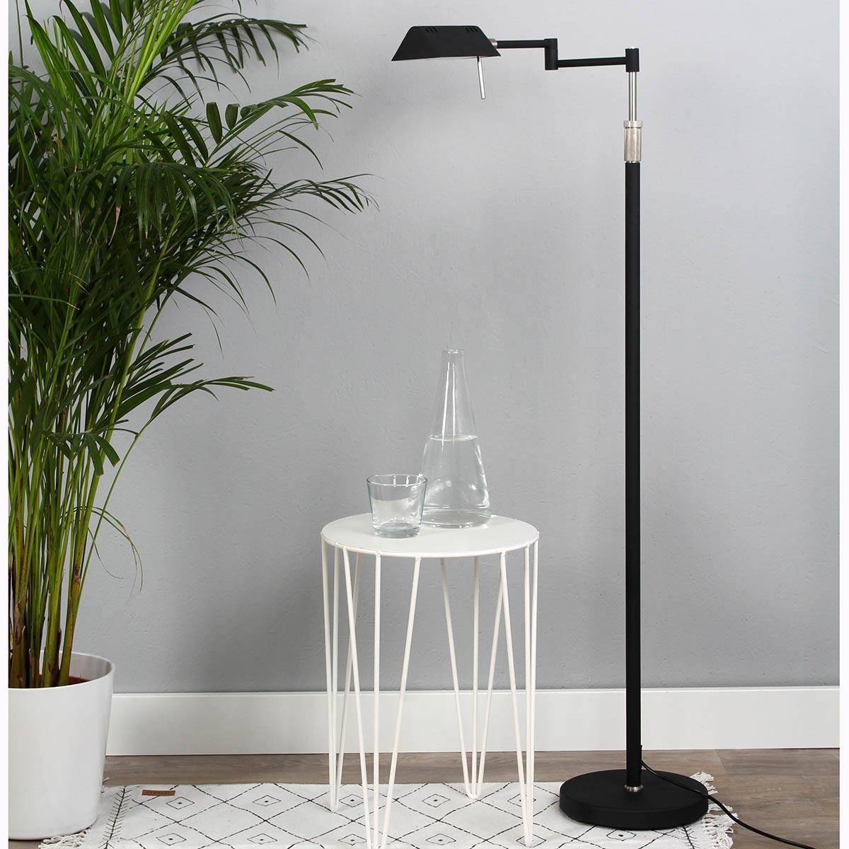 Leuke zwarte vloerlamp met verstelbare kap van Steinhauer, bij Webo Verlichting in Beuningen bij Nijmegen.