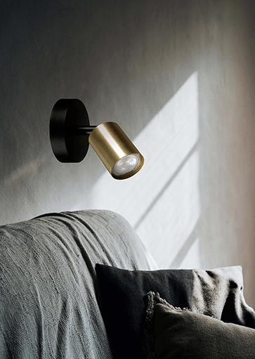 Wandlamp zwart met goud. Moderne design wandlampen, muurlampen van Masterlight. Deze exclusieve design muurspot, wandspot past bij diverse stijlen. Masterlight verlichting vindt u bij Webo Verlichting in Nijmegen bij Beuningen. Dealer van alle Masterlight lampen. Koop online of bezoek de grootste verlichtingsshowroom van Nederland voor lampen inspiratie, verlichtingsadvies of een lichtplan.