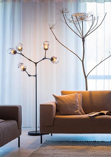 Moderne zwarte vloerlamp met vijf lichtpunten, smoke glas kapjes. Sfeervolle vloerlamp, staande lamp, 05-VL8379-30. ETH, Expo Trading Holland, Webo Verlichting Showroom lampen online, lampen inspiratie Beuningen bij Nijmegen.